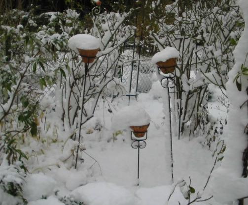 Ein Garten im Winter - Dekoration im Schnee