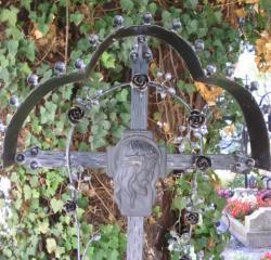Kreuz mit Rosenschmuck - Allerseelentag Foto  Brandt
